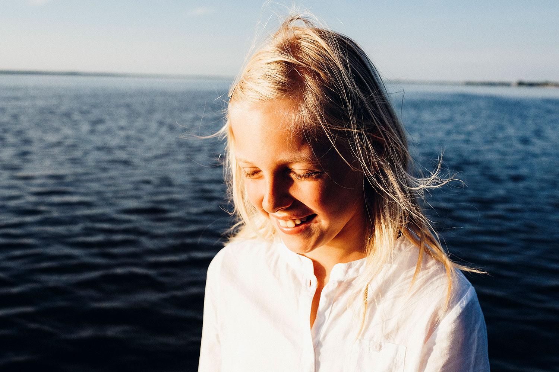Blog: Hintergrund: Lena lächelt mit geschlossenen Augen in sich hinein