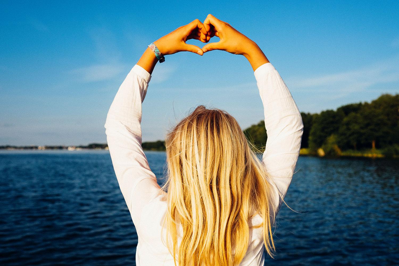 Blog: Lena auf dem Steg - dieHintergrund: Hände formen sich zum Herz