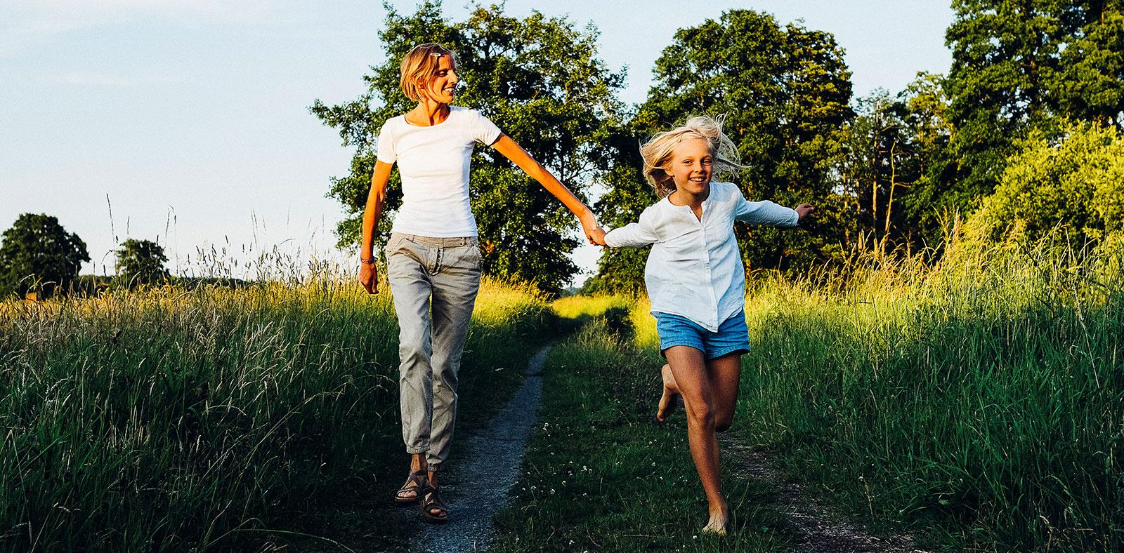 Slider Mama Coaching: Mutter und Tochter Hand in Hand - Glück