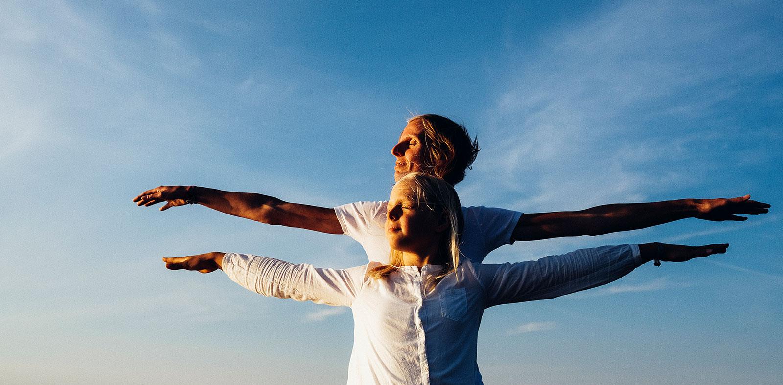 Slider Karin und Lena strecken die Arme aus: - Frei wie ein Vogel